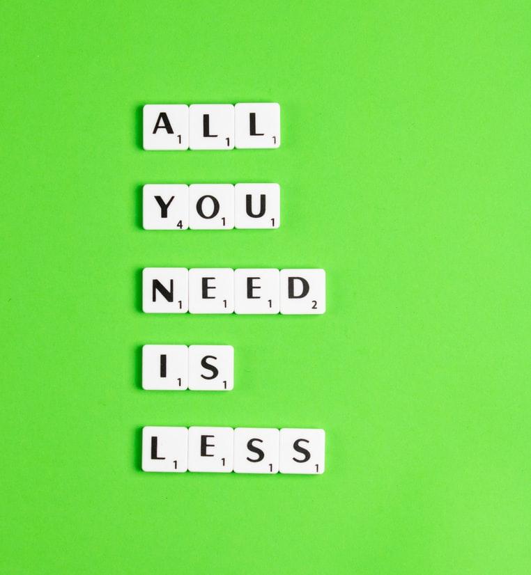 Napis: Wszystko czego potrzebujesz, to kupować mniej